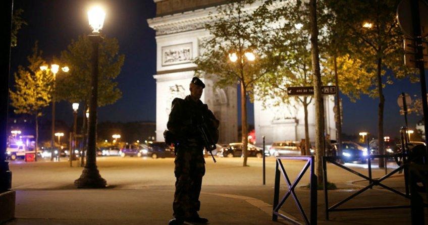 Paris'te kalaşnikoflu saldırı: 1 polis öldü, 1 polis yaralandı