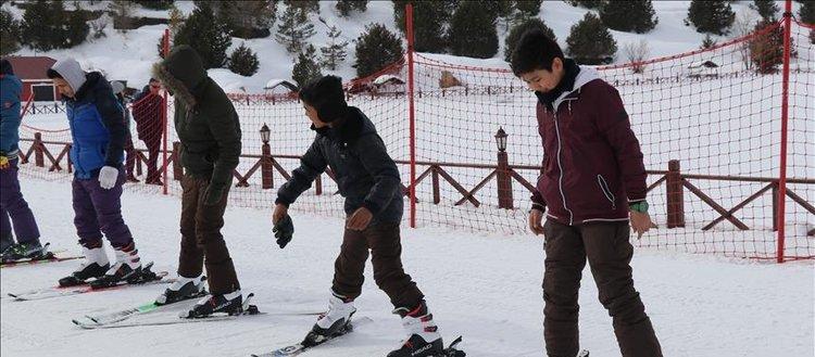Afgan çocuklar kayakla tanıştı