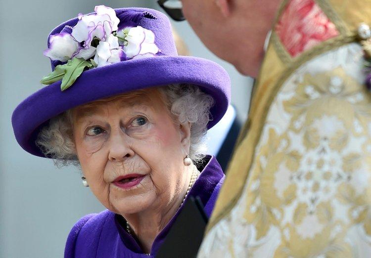 Kraliçe Elizabeth sarayını terk etmedi mi?