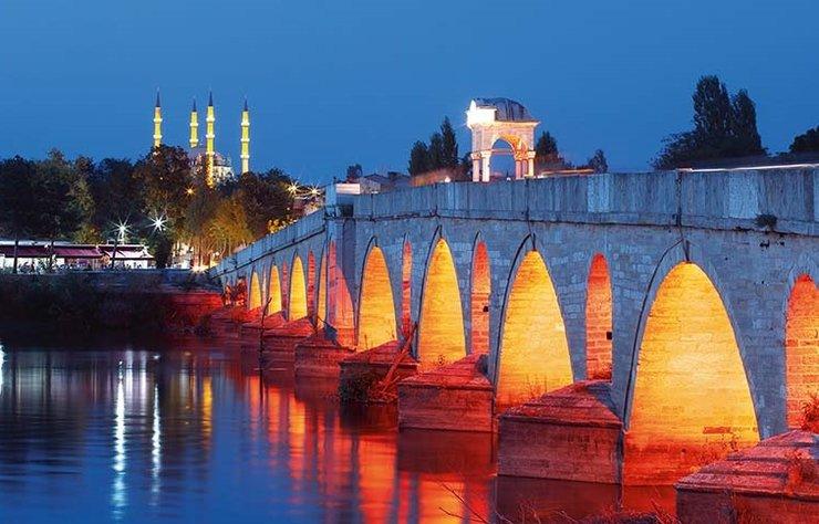 Boylu boyunca uzanan kervansarayları, Osmanlı Dönemi'ne ışık tutan gösterişli camileri ve tarihi hamamlarıyla Edirne, Trakya Bölgesi'nin olduğu kadar Türkiye'nin de en özel şehirlerinden biri.