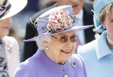 Kraliçe Elizabeth makyajını kendi yapıyor