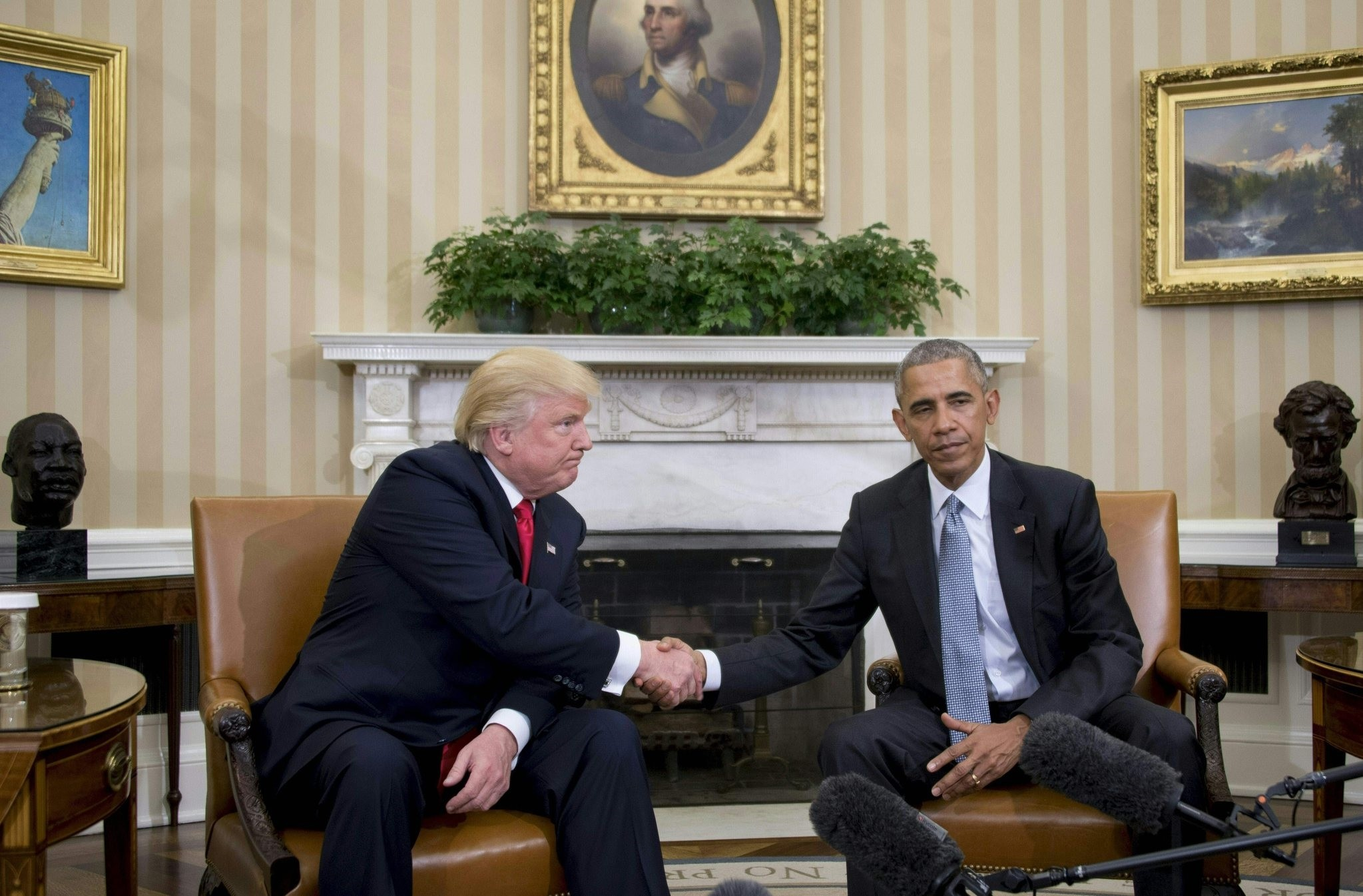 US President Barack Obama shakes hands as he meets with Republican President-elect Donald Trump (L) on transition planning in the Oval Office at the White House on November 10, 2016. (AFP Photo)