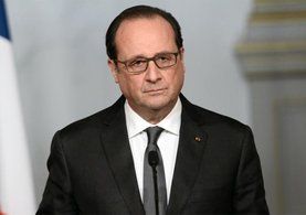 François Hollande konuşurken keskin nişancının silahı ateş aldı