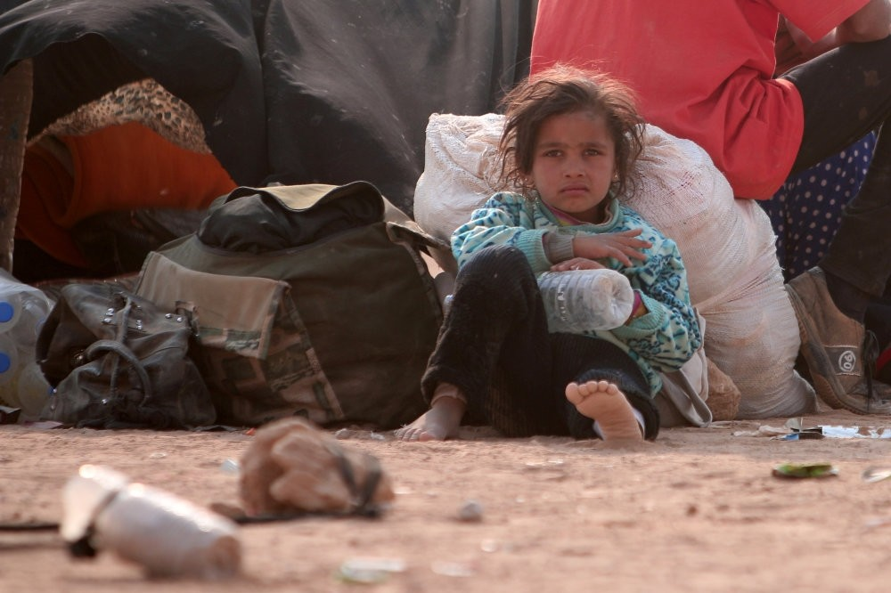 A refugee girl siting among Iraqi refugees who fled the violence in Mosul and internally displaced Syrians who fled Daesh-controlled areas in Deir al-Zor, near the Iraqi border, Oct. 23, 2016.