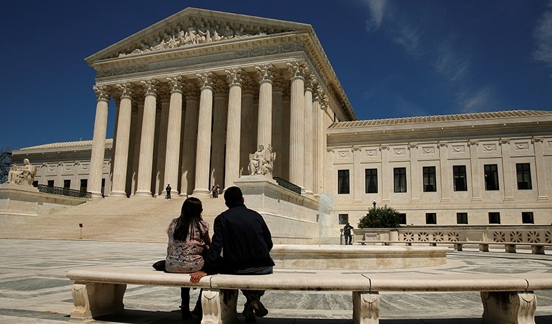 A couple sit in front of the U.S. Supreme Court in Washington May 16, 2016 (Reuters Photo)