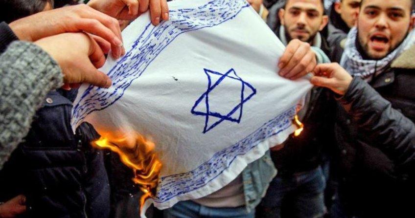 Alman hükumeti bayrak yakılmasını kınadı