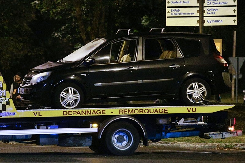 A vehicle allegedly belonging to one of the arrested woman is moved by a wrecker in Boussy-Saint-Antoine south of Paris on September 8, 2016 (AFP Photo)