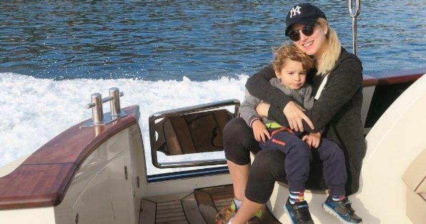 Oğlunu okula lüks tekneyle götürünce eleştiri yağmuruna tutuldu