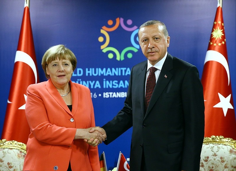 President Recep Tayyip Erdou011fan (R) and German Chancellor Angela Merkel (L) shake hands prior a bilateral at World Humanitarian Summit in Istanbul (EPA)