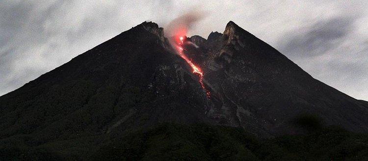 Endonezya'da yanardağ nedeniyle 494 kişi mahsur kaldı