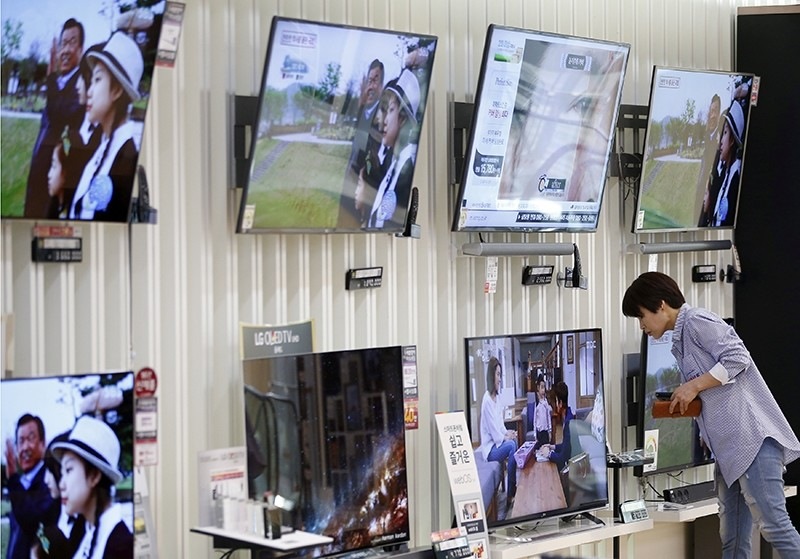 A woman looks at a LG Electronics' organic light-emitting diode (OLED) TV, which is made with LG Display flat screens, at its store in Seoul, South Korea, April 26, 2016. (Reuters Photo)