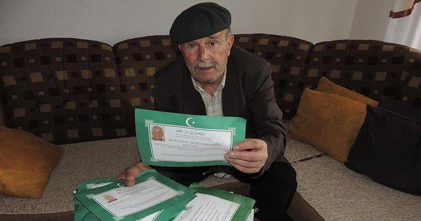 Sokakta topladığı ölüm ilanlarına Kuran okuyor