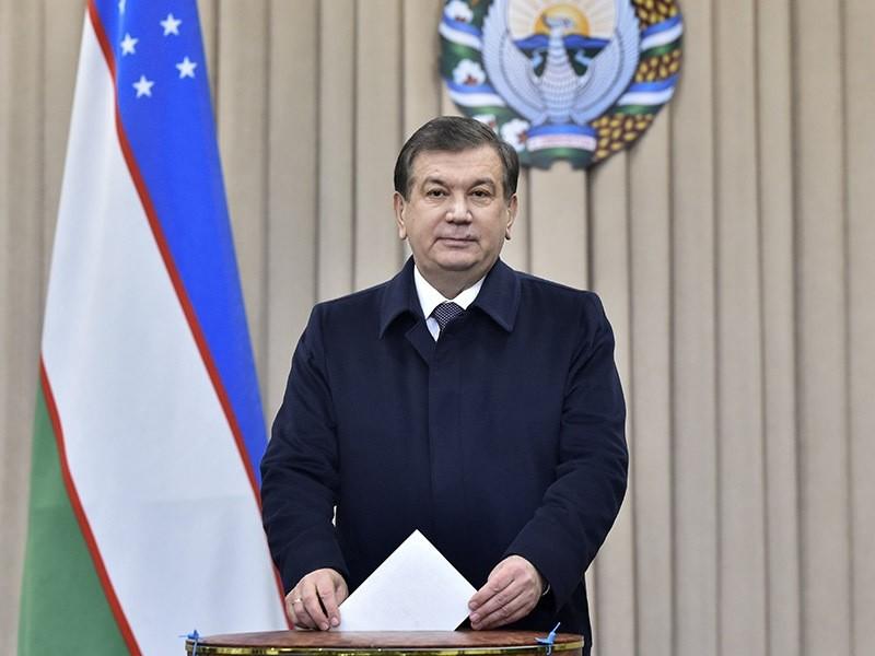 Uzbek acting President Shavkat Mirziyoyev casts his ballot during presidential election in Tashkent, Uzbekistan on Dec. 4, 2016. (AP Photo)