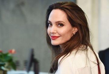Angelina Jolienin yüzü gülüyor!