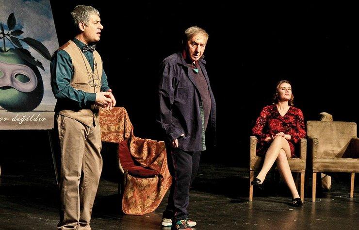 Tiyatro sanatçısı Ali Poyrazoğlu'nun yazdığı 'Tamamla Bizi Ey Aşk' oyunun galasına iş ve  cemiyet hayatından ünlü isimler  katıldı.