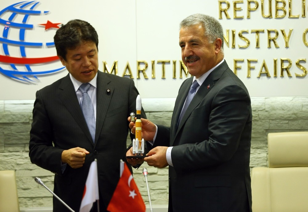 Minister Arslan (R) presented  a miniature space craft to Japanese Minister Tsuruho (L) as a gift after the press conference on Thursday.