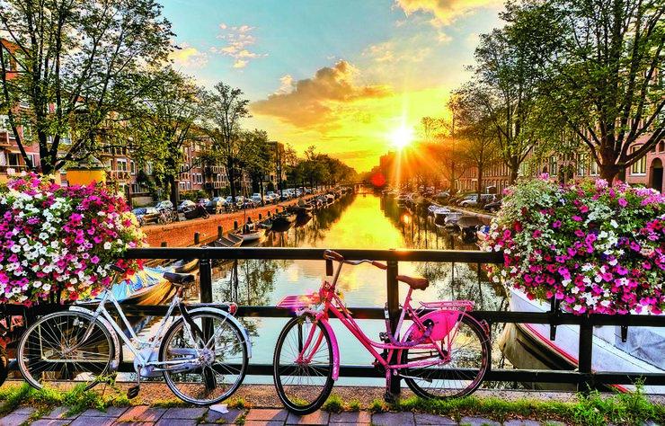 Baharda gidilecek en güzel Avrupa şehirlerinden biri de Hollanda'nın başkenti Amsterdam... Deniz seviyesinin altında olan şehir, kanalları, rengarenk evleri, müzeleri ve renkli gece hayatıyla turistlere keyifli bir tatil vadediyor.