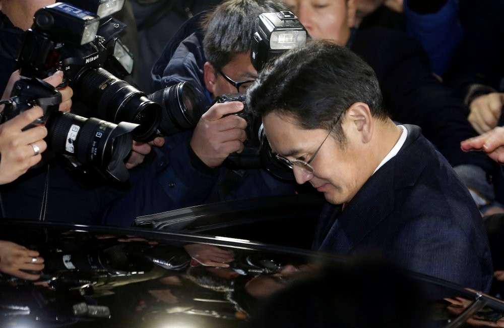 Samsung Electronics Vice Chairman Jay Y. Lee is surrounded by media as he leaves the office of the independent counsel in Seoul.