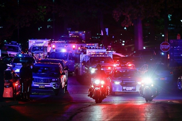 New York Police officers take part in a procession carrying the body of Sergeant Paul Tuozzolo, who was fatally shot in a shootout, at the Jacobi Medical Center in the neighborhood of Bronx, NY, Nov. 4, 2016. (REUTERS photo)
