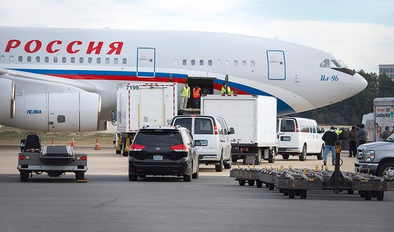 Vehicles pull up to a Russian aircraft that arrived to pick up expelled Russian diplomats at Dulles International Airport December 31, 2016. (AFP Photo)