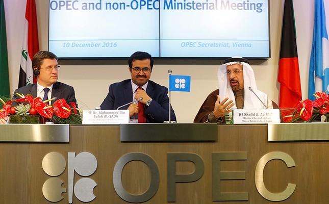 Russia's Energy Minister Alexander Novak (L), OPEC President Qatar's Energy Minister Mohammed bin Saleh al-Sada and Saudi Arabia's energy minister Khalid al-Falih (R). Dec. 10, 2016. (Reuters Photo)