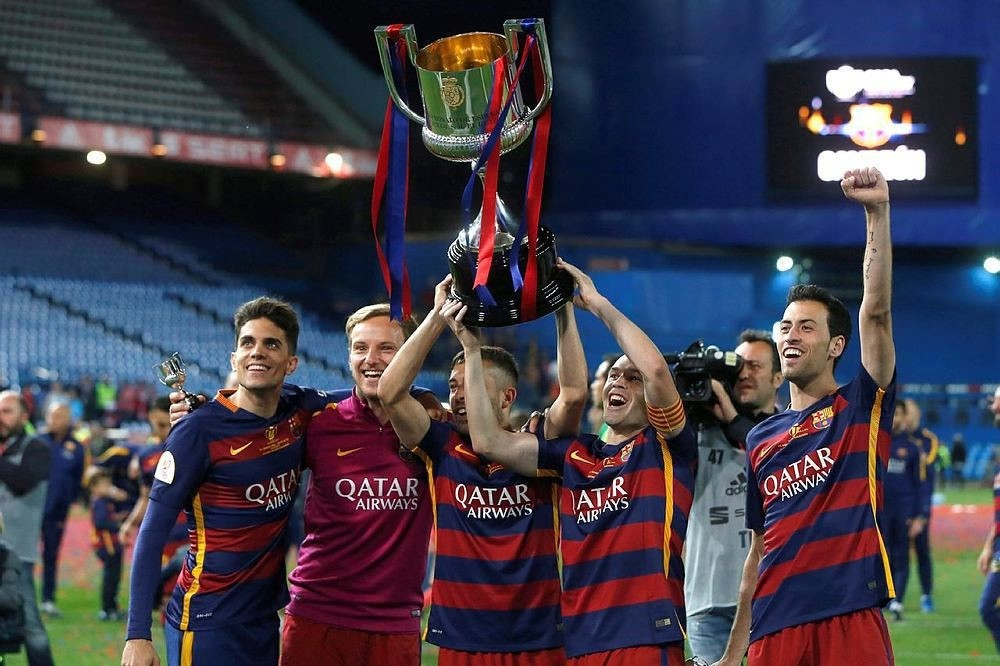 FC Barcelona's players celebrate their victory after the Spanish King's Cup final between FC Barcelona and Sevilla FC at Vicente Calderon stadium in Madrid, Spain, 22 May 2016. (EPA Photo)