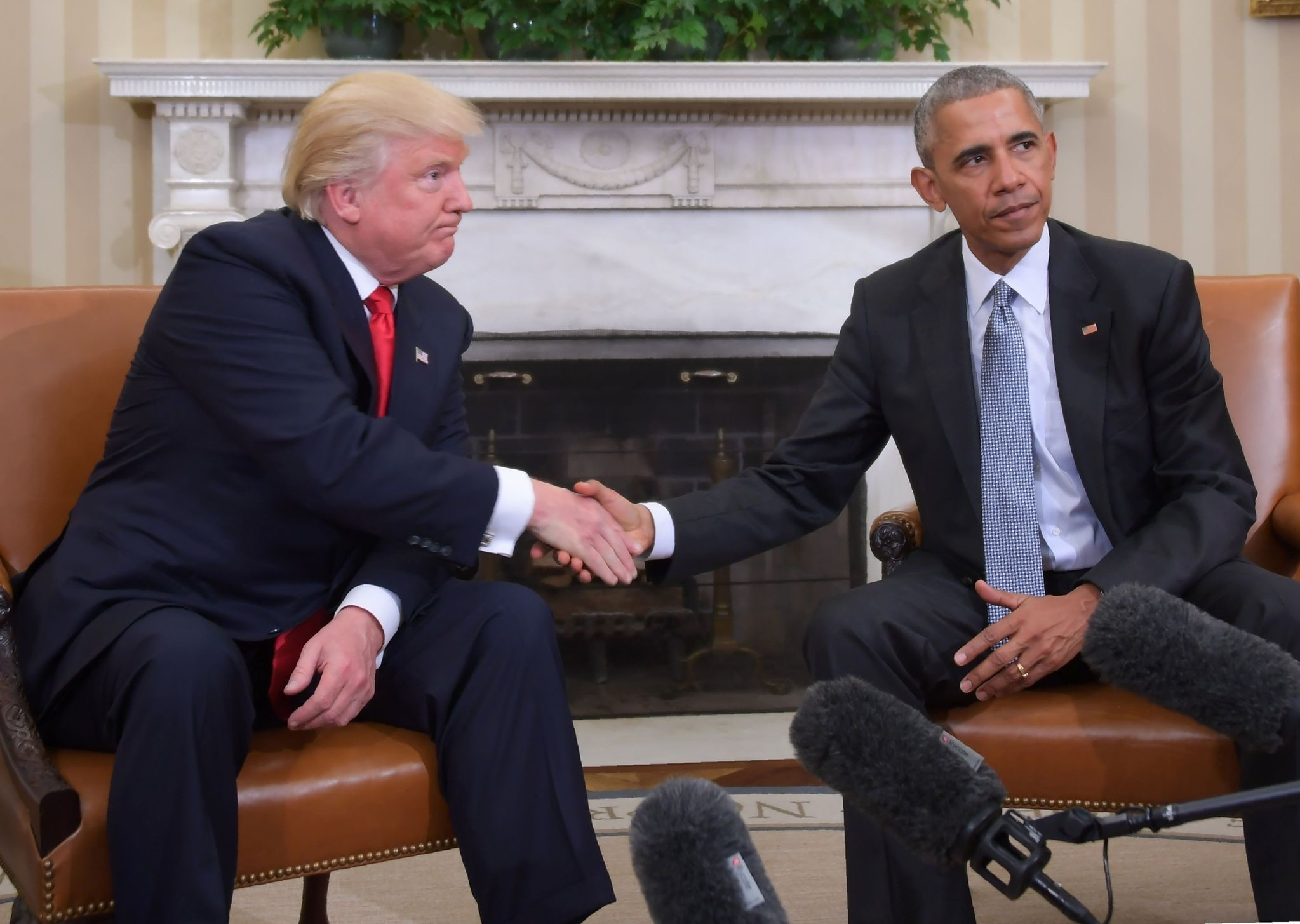 This file photo taken on November 10, 2016 shows US President Barack Obama and President-elect Donald Trump shake hands during a transition planning meeting. (AFP Photo)