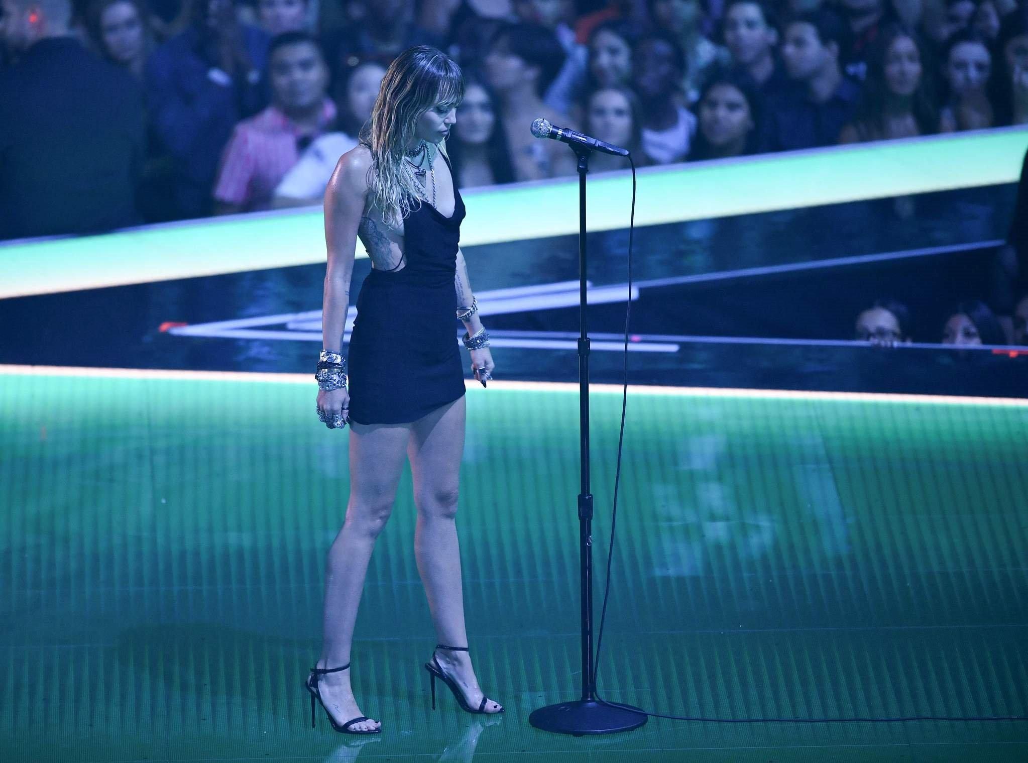 MİLEY CYRUS'IN DRAMATİK 2019 MTV PERFORMANSI