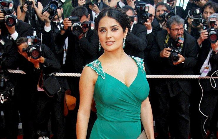 Ünlü aktris Salma Hayek, Meksika'daki deprem mağdurlarına 100 bin dolar bağışladığını açıkladı.