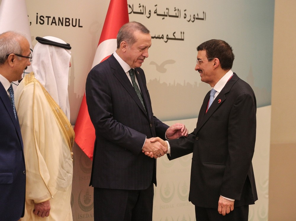 President Erdou011fan (C) shakes hands with Chairman of Islamic Development Bank Bandar Hajjar during the 32nd Meeting of Standing Committee for Economic and Commercial Cooperation of the Organization of the Islamic Cooperation in Istanbul Wednesday.