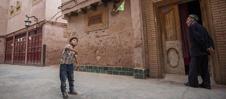 Çin'de kamu görevlileri Uygur ailelerin evlerine 'yatıya' gidiyor