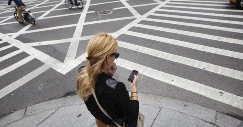 Cadde geçerken telefon yasak