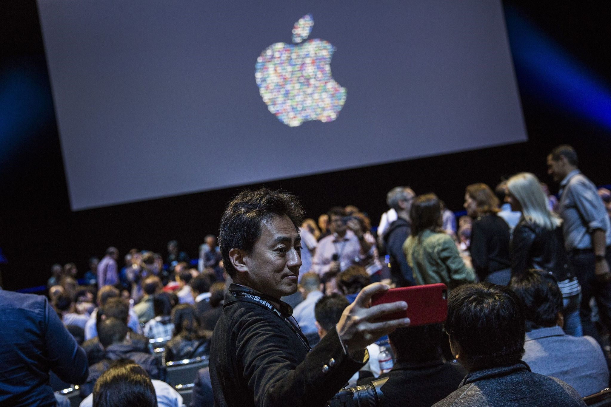A man takes a selfie while waiting for the start of an Apple event at the Worldwide Developer's Conference on June 13, 2016 in San Francisco, California. (AFP Photo)