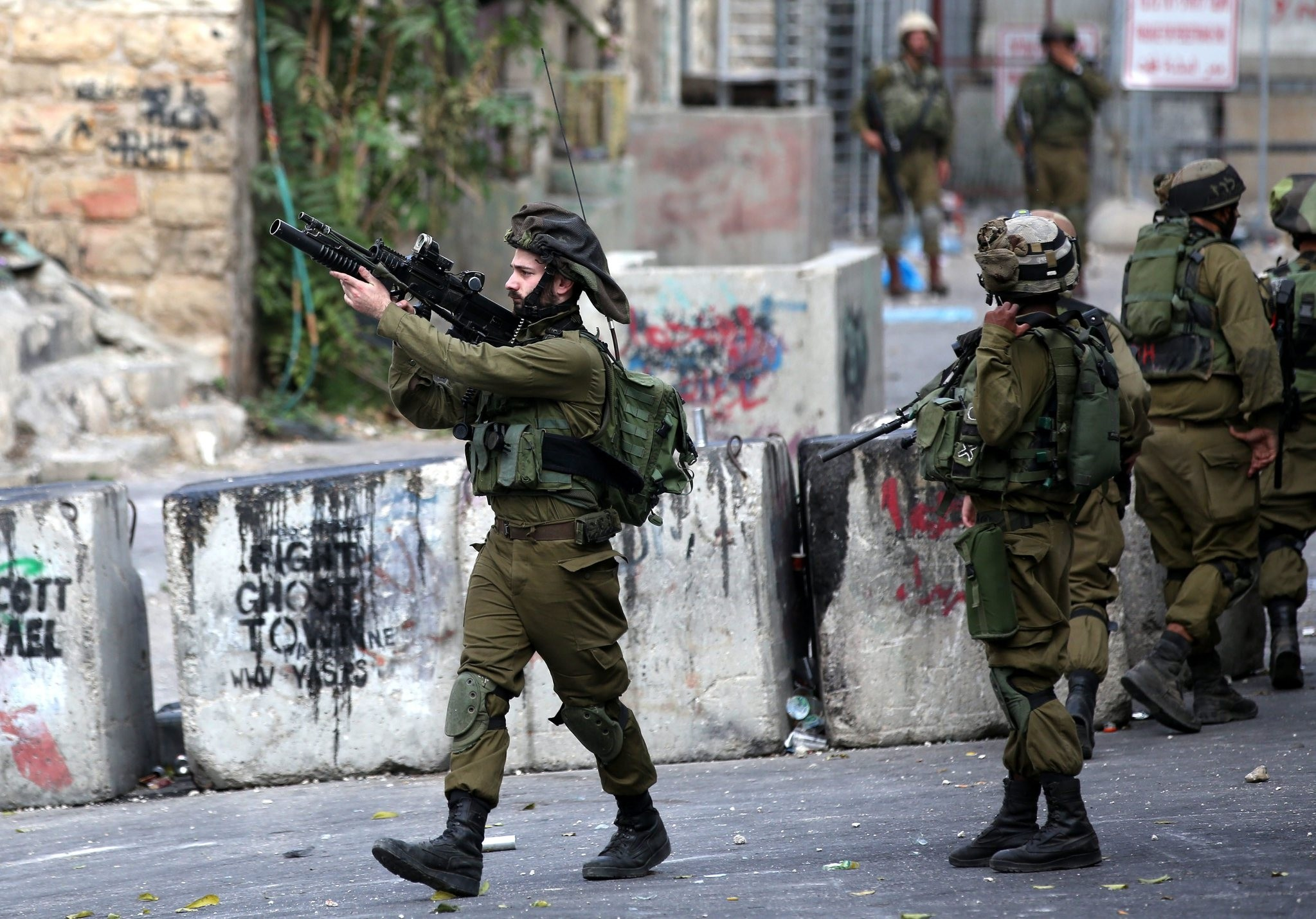 Israeli soldiers take up position during clashes with Palestinian protesters in the West Bank city of Hebron, 19 October 2015. (EPA Photo)
