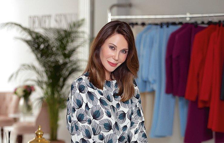 Demet Şener Küpeli̇, 25 yıllık modelli̇k kariyerinden sonra 'Demet Şener İstanbul' adıyla hazır giyim markası kurdu. Küpeli̇, Nişantaşı'nda açtığı showroom'unda i̇lk kez Şamdan Plus'ı ağırladı. Bu kez kendi̇ markasının modelli̇ğini̇ yapan Küpeli, markası ve özel hayatıyla i̇lgi̇li̇ sorularımızı yanıtladı.