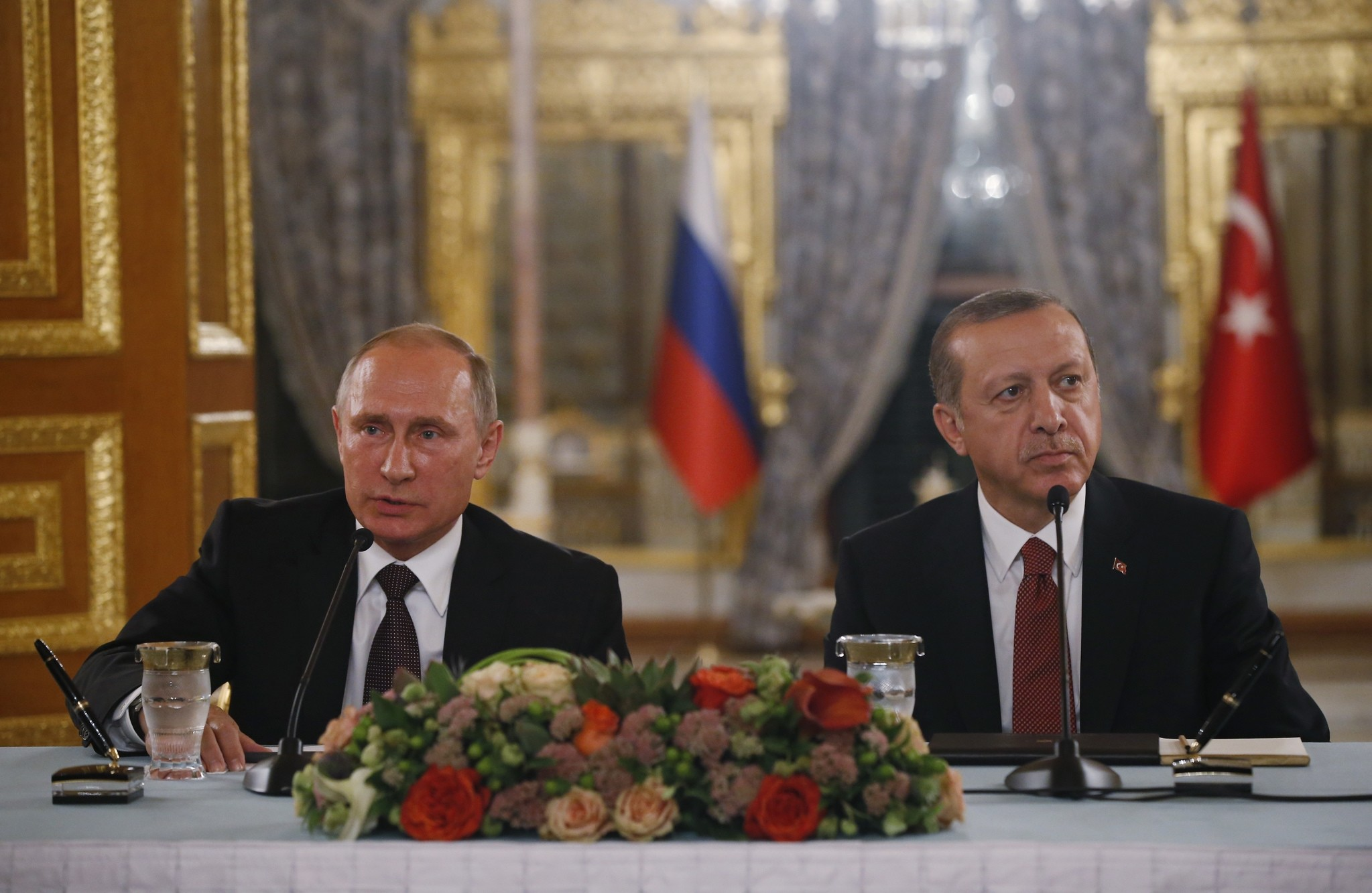 Russian President Vladimir Putin (L) and his Turkish counterpart Tayyip Erdogan give news conference following their meeting in Istanbul, Turkey, October 10, 2016. (AP Photo)