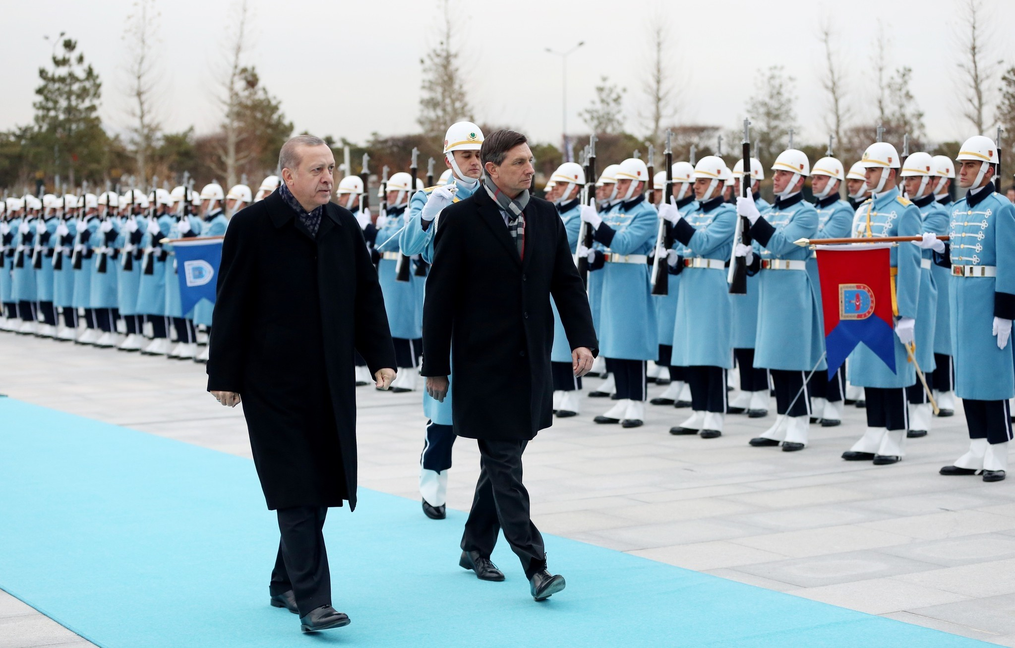 President Erdou011fan (L) and his Slovenian counterpart Pahor take the ceremonial walk in the Presidential Complex in Ankara, December 15, 2016 (IHA Photo)