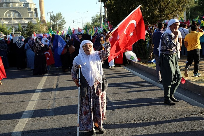 People in Turkey's southeastern Diyarbaku0131r protest the Gu00fclenist coup attempt (AA Photo)
