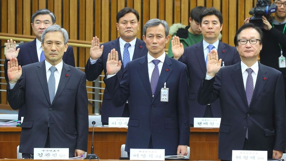National Security Office chief Kim Kwan-Jin (L) and other presidential aides take an oath during a hearing on South Korean President Park Geun-Hyeu2019s corruption scandal at the National Assembly in Seoul, Monday.