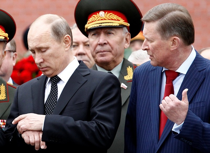 Russian President Vladimir Putin (L) and chief of President's staff Sergei Ivanov attend a ceremony marking the 72nd anniversary of the Nazi German invasion, at the Tomb of the Unknown Soldier in Moscow, Russia, June 22, 2013. (Reuters Photo)