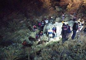 İşçi servisi Manisa'da şarampole yuvarlandı: 1 ölü, 14 yaralı