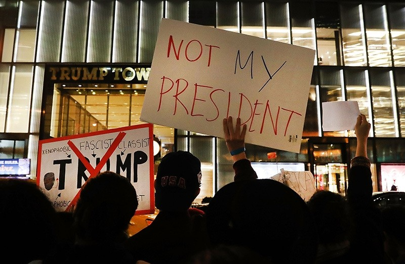 Dozens of anti-Donald Trump protesters stand along 5th Avenue in front of Trump Tower as New Yorkers react for a second night to the election of Trump as president of the United States on November 10, 2016 in New York City. (AFP Photo)