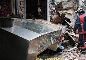 Fatih Gedikpaşa'da kullanılmayan bina çöktü