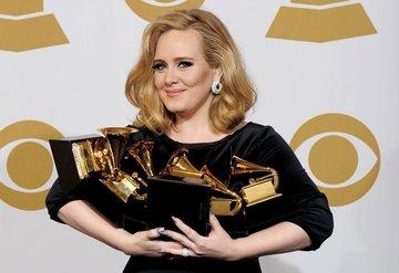 Adele oturduğu yerden milyonlar kazanıyor