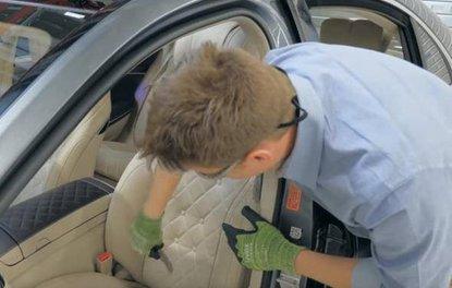 Mercedes'in koltuğunu kesti ve içindekilere baktı