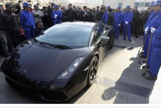 Milyon dolarlık otomobili parçaladı