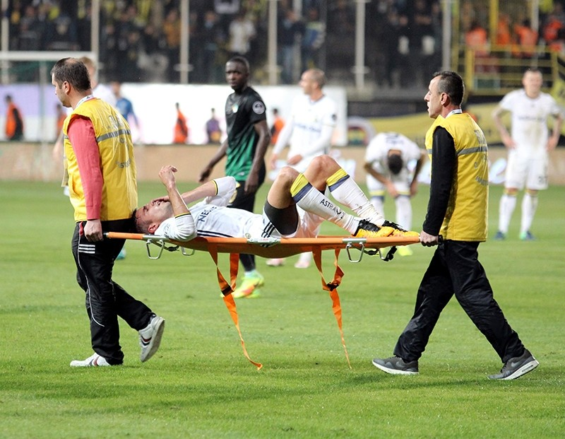 Van Persie had to be removed on a stretcher with bandaging over his eye. (AA Photo)