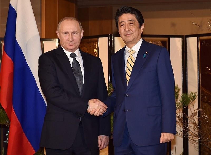 Russian President Vladimir Putin (L) shaks hands with Japanese Prime Minister Shinzo Abe (R) pior to their talks in Nagato, Japan on Dec. 15, 2016. (EPA Photo)