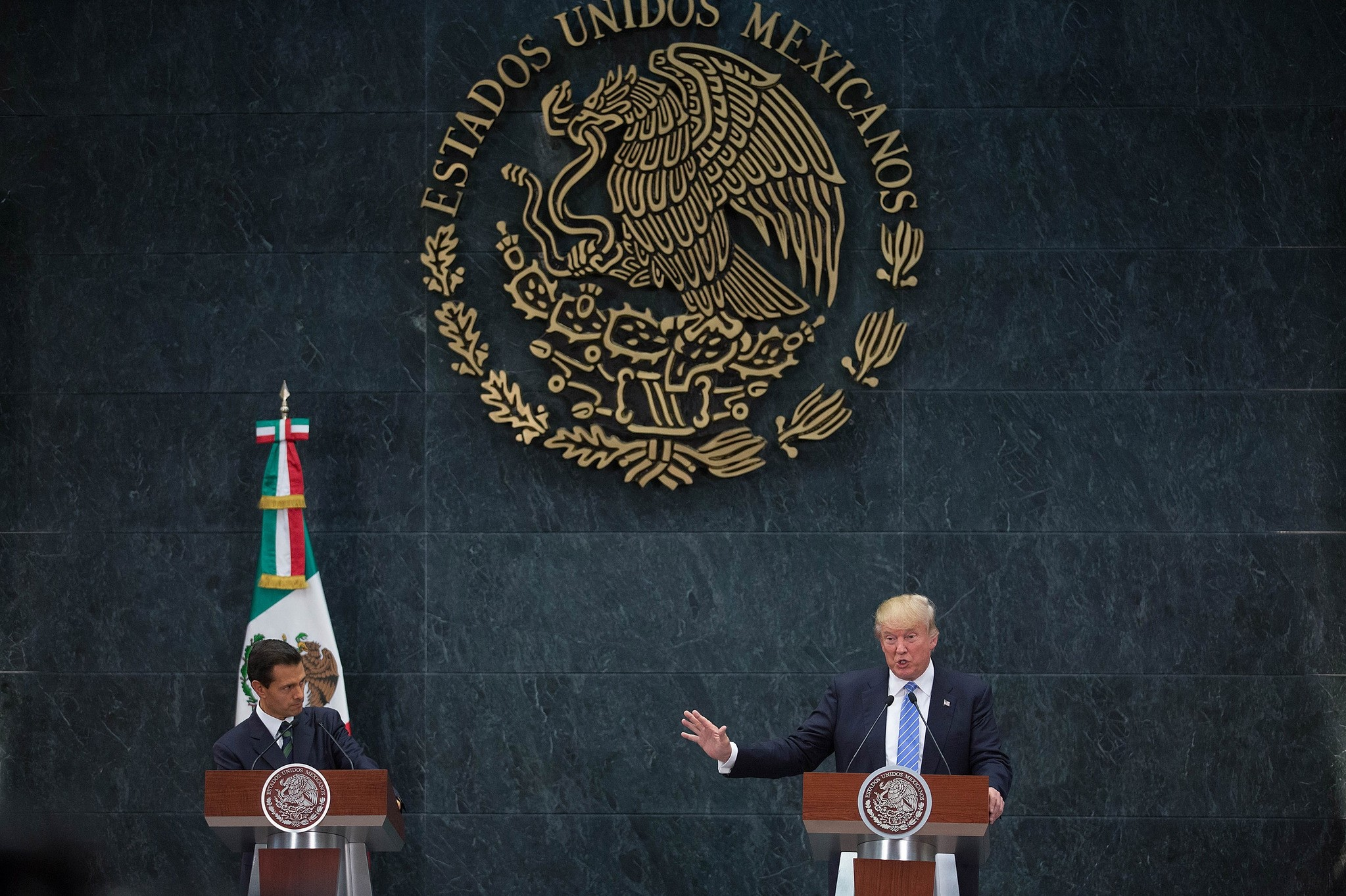 US presidential candidate Donald Trump (R) delivers a joint press conference with Mexican President Enrique Pena Nieto in Mexico City on August 31, 2016. (AFP Photo)