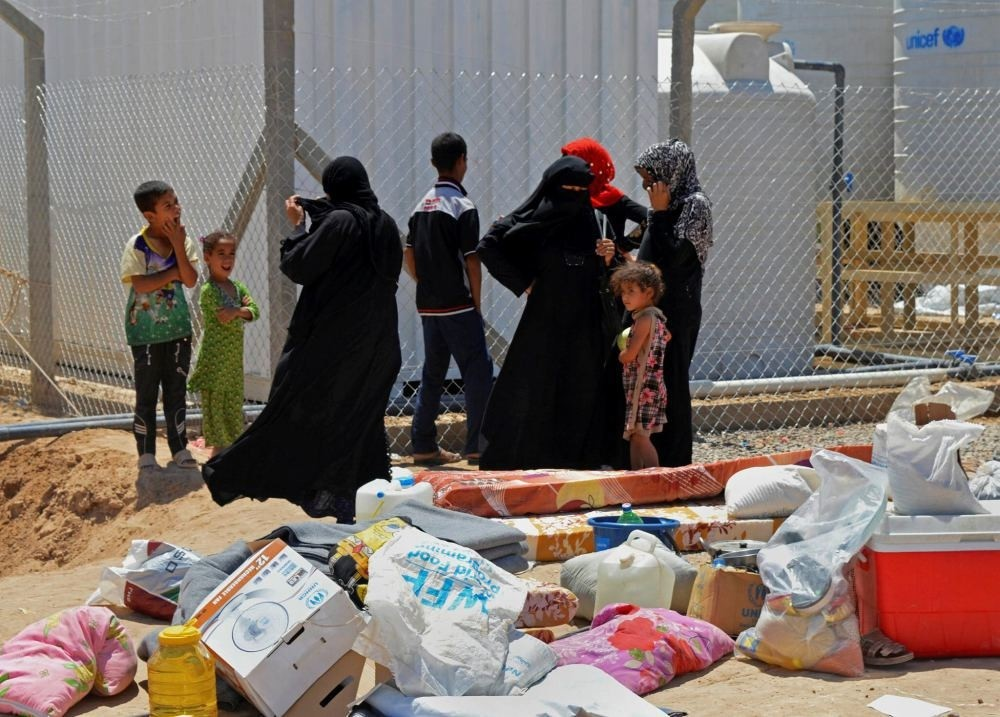 Thousands of civilians try to leave Fallujah.